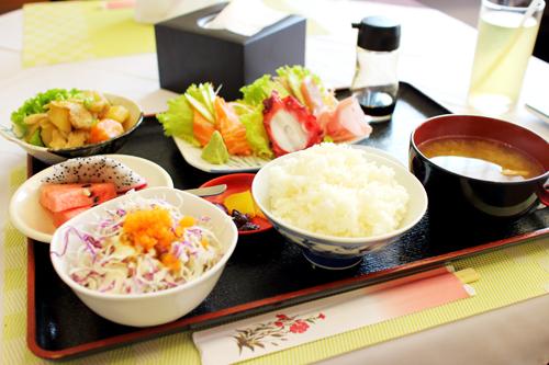 シェムリアップで刺身定食!(ノ≧ڡ≦)