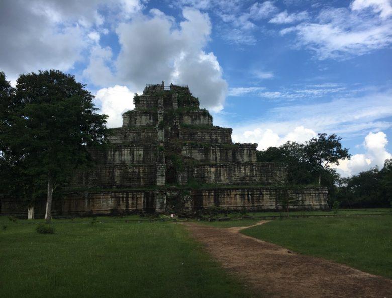プレアヴィヒア寺院とコーケー遺跡の、二つの遠方遺跡を観光するツアーにインターン生 4人で行ってきました!